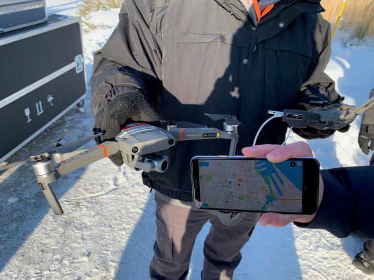 Com a plataforma de drone para telefone da DJI, qualquer pessoa na área de rádio do drone pode usar um aplicativo para receber esse sinal e aprender a localização, altitude, velocidade e direção do drone, entre outros recursos. DJI Photo