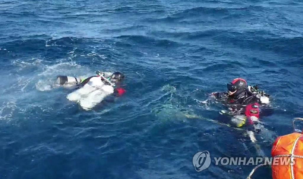 """(ATTN: ATUALIZAÇÕES com o fim da operação subaquática nos parágrafos 8, 9) SEUL / POHANG / DAEGU / DONGHAE, Coréia do Sul, 1 de novembro (Yonhap) - Os socorristas localizaram na sexta-feira o helicóptero destruído que caiu perto das ilhotas de Dokdo, no Mar do Leste, na noite anterior e encontrou um corpo que se acredita pertencer a um dos sete pessoas desaparecidas. O helicóptero pertencente à Agência Nacional de Bombeiros caiu por volta das 23h30, quinta-feira, alguns minutos depois de decolar de Dokdo.Uma pessoa ferida de um barco de pesca, um amigo e cinco oficiais de resgate estavam a bordo. """"Três mergulhadores da Guarda Costeira da Coréia que procuravam nos mares a 600 metros ao sul das ilhotas de Dokdo e 72 metros debaixo d'água, entre 13h35 e 14h25, encontraram o helicóptero de resgate"""", disse um policial em uma coletiva de imprensa na costa da Coréia. Guarda em Donghae, perto do Mar do Leste. """"Agora que o helicóptero foi encontrado, vamos nos concentrar em mais operações de busca e salvamento"""", disse a autoridade. Esta foto, exibida pela Guarda Costeira Regional Oriental, mostra mergulhadores se preparando para mergulhar em busca de um helicóptero acidentado e sete pessoas desaparecidas nas fotos de Dokdo, no Mar do Leste, em 1º de novembro de 2019. (Foto não à venda) ( Yonhap)"""