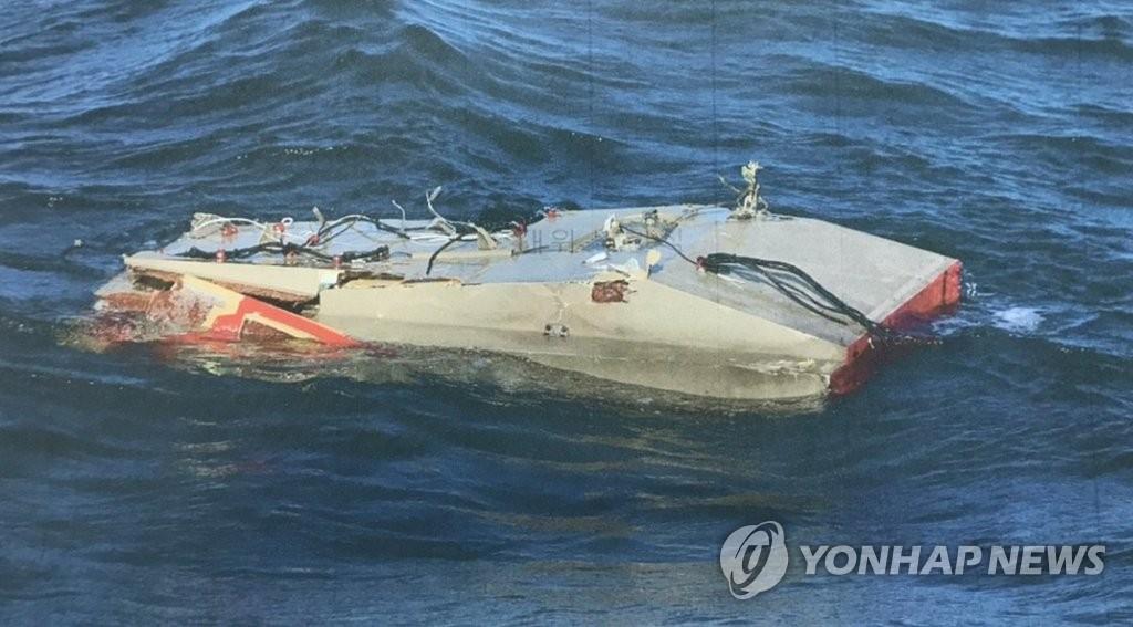 Esta foto, exibida pela Guarda Costeira da Coréia, mostra uma parte da fuselagem de um helicóptero acidentado flutuando nas fotos de Dokdo no Mar do Leste em 1 de novembro de 2019, enquanto a busca continua pelas sete pessoas desaparecidas após o incêndio.o helicóptero da agência caiu na noite anterior.(FOTO NÃO À VENDA) (Yonhap)