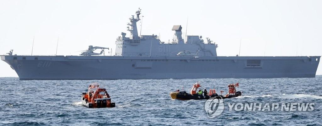 Uma operação de busca e salvamento está em andamento em 2 de novembro de 2019, perto das ilhotas mais a leste da Coréia do Sul de Dokdo, após o acidente de um helicóptero que ocorreu dois dias antes, com sete pessoas no bordo.(Yonhap)