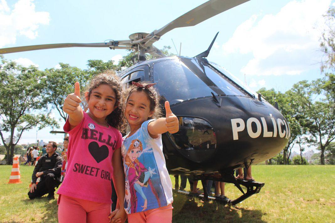 Agata Vitória de Lima dos Santos, de 6 anos, e Ana Clara Telles, de 6 anos nunca tinham visto um helicóptero de perto (Foto: Nadia Michaltchuk/Diário do Iguaçu)