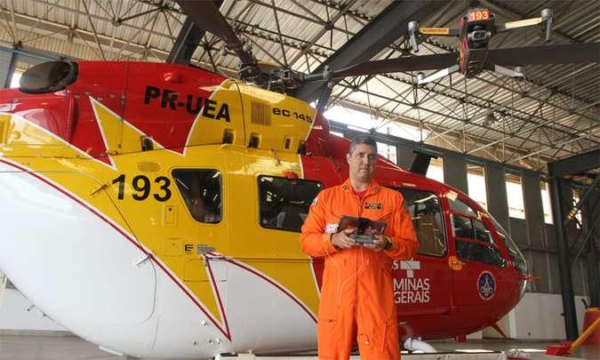 Responsável por trazer essa tecnologia a Minas Gerais, capitão Kléber Castro controla um dos drones da corporação (foto: Jair Amaral/EM/D.A Press)