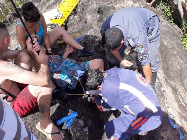 Idosa caiu ao desequilibrar próximo a uma cachoeira em Santa Cruz de Minas — Foto: Corpo de Bombeiros/Divulgação