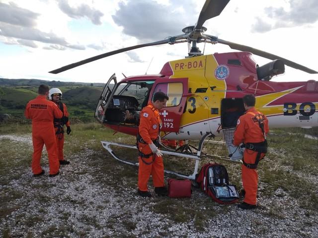 Aeronave foi acionada para realizar socorro de idosa que caiu quando fazia trilha próximo a Santa Cruz de Minas — Foto: Corpo de Bombeiros/Divulgação