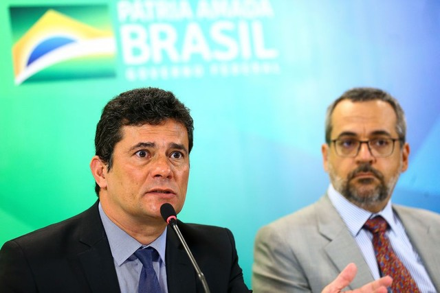 Os ministros Sergio Moro (Justiça) e Abraham Weintraub ( Educação) anunciaram bolsas de estudos para a área de segurança pública — Foto: Marcelo Camargo/Agência Brasil