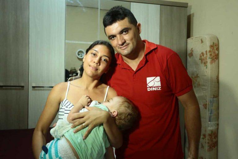 Joice Alcântara e Eliezio Cardoso, pais do Nicollas, que utilizou o serviço aeromedico do CTI. Foto: Nael Reis/Secap