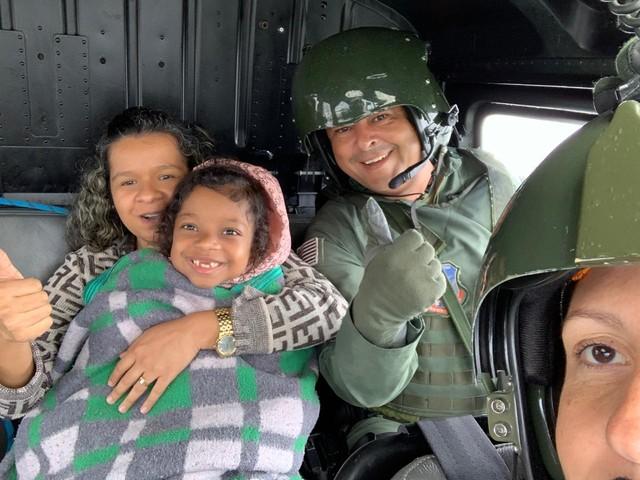 Criança e idosa são resgatadas por helicóptero nesta segunda-feira (10), após chuva causar trânsito em São Paulo — Foto: Arquivo pessoal/Divulgação