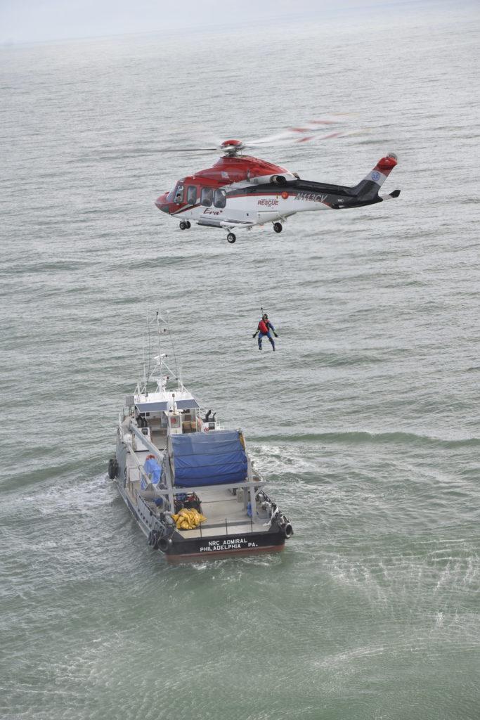 A tripulação de vôo da Prioridade 1 normalmente sabe se uma missão exige elevação quando recebe a chamada. Eles também são informados, por um médico em uma plataforma ou navio de petróleo, se o paciente é sintomático ou assintomático. Fotos de Dan Megna