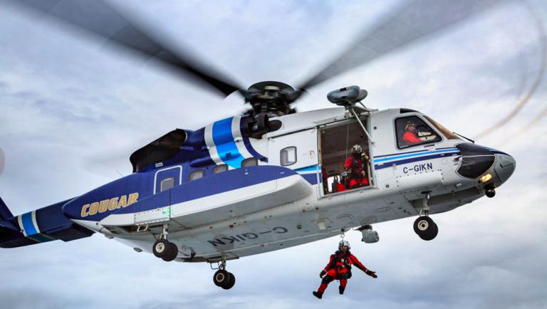 """Na foto, Cougar Helicopters, membro da HeliOffshore, durante uma missão de elevação com um S-92. A HeliOffshore possui 50 membros operadores, embora nem todos façam buscas e salvamentos. Muitos membros da SAR da HeliOffshore realizam missões de elevação diariamente """"através da pandemia de COVID-19. Foto dos helicópteros do puma"""