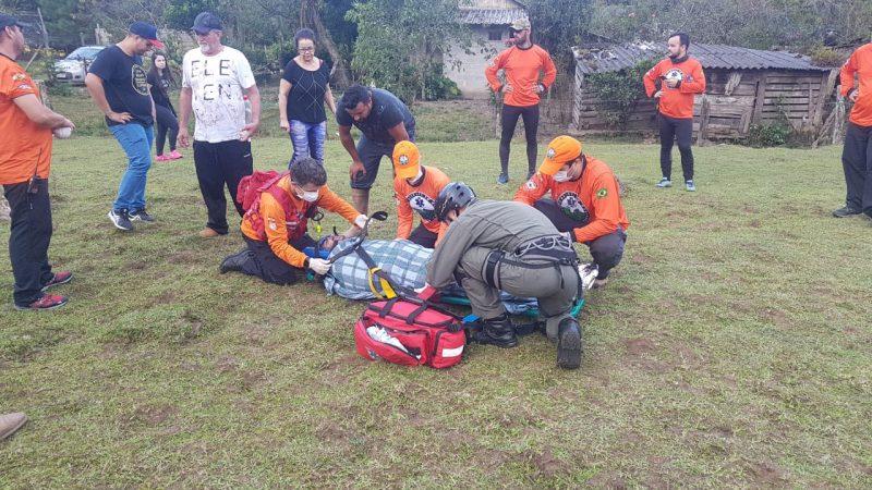 Jovem foi estabilizado pelos socorristas e levado ao Hospital São José pelo helicóptero Águia- Foto: Águia 01 da Polícia Militar/Divulgação ND