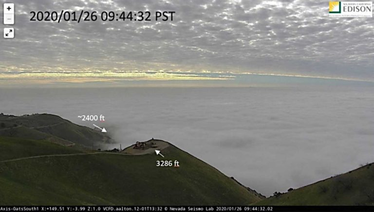 Uma imagem da câmera meteorológica mostra a parte superior da camada de nuvens circundante no momento aproximado do acidente. Imagem NTSB