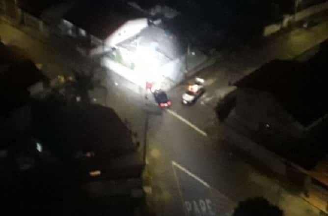 Homem tentou fugir de uma abordagem policial, mas bateu o carro durante a fuga.