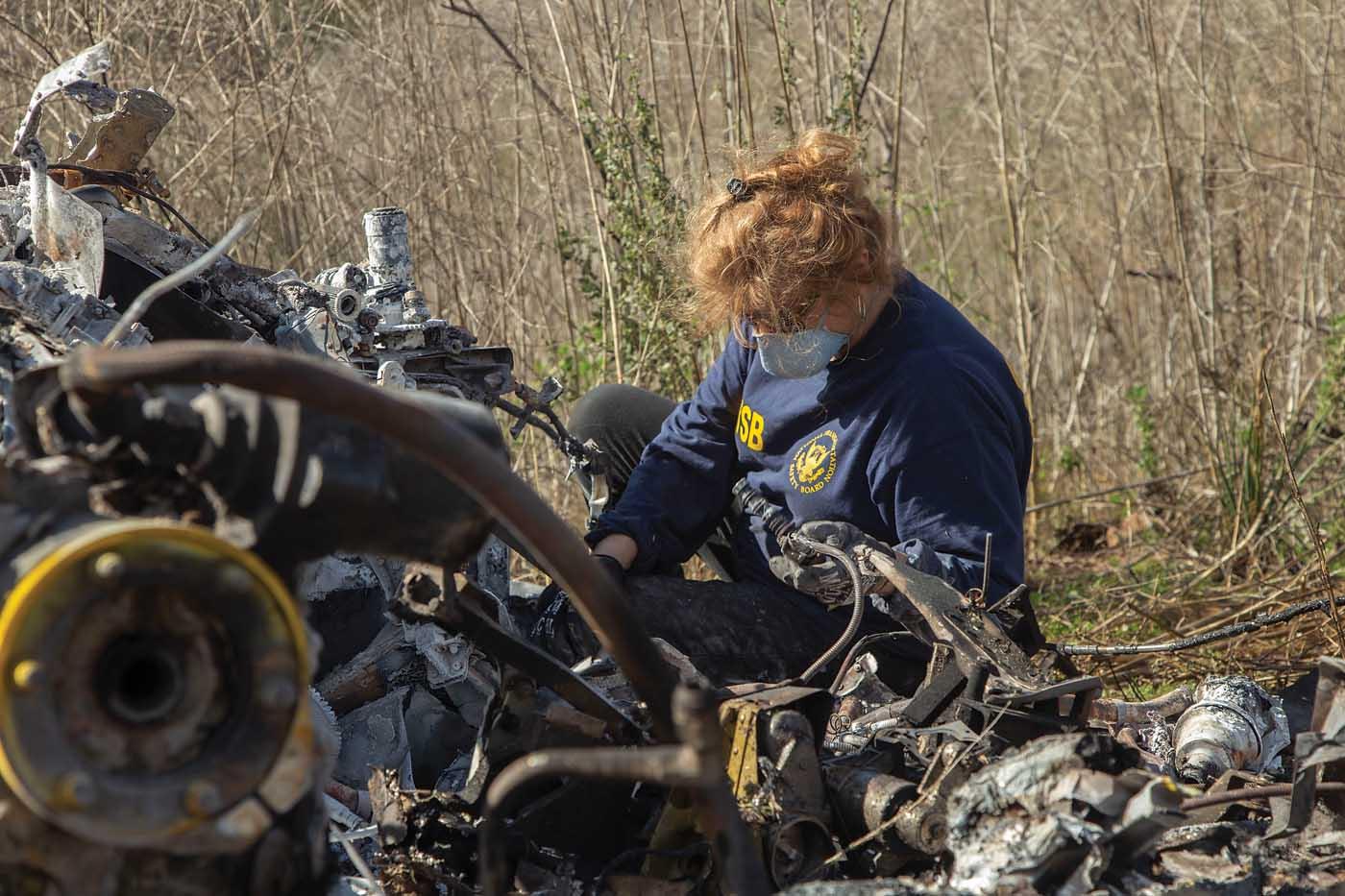 A investigadora do NTSB Carol Horgan examina os destroços do Sikorsky S-76B que caiu perto de Calabasas, Califórnia, em 26 de janeiro, matando nove pessoas, incluindo Kobe Bryant. Foto de NTSB / James Anderson