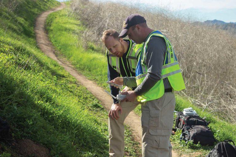 Os investigadores do NTSB Aaron Sauer e Josh Lindberg preparam um avião para mapear o campo de destroços do acidente de helicóptero de 26 de janeiro. Foto de NTSB / James Anderson