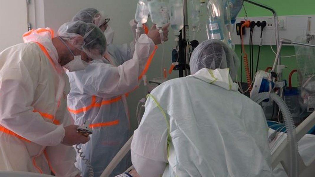 Pacientes gravemente doentes estão sendo tratados em uma unidade de terapia intensiva em Colmar