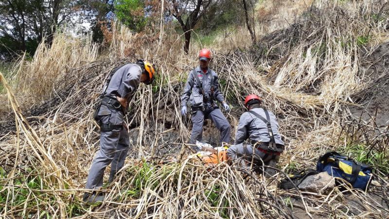 Não há informações de como o homem caiu no penhasco / Foto: Corpo de Bombeiros/Divulgação