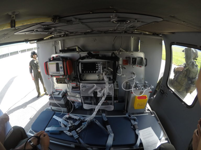O kit está equipado com o mais recente padrão de dispositivos médicos, incluindo um monitor / desfibrilador, ventilador, bombas de perfusão e unidades de sucção. Foto de AAT