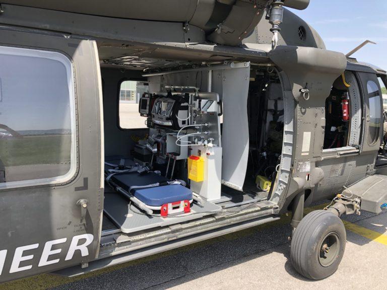 O kit UH-60 EMS não requer modificações estruturais na cabine e pode ser instalado em 20 a 30 minutos. Foto de AAT