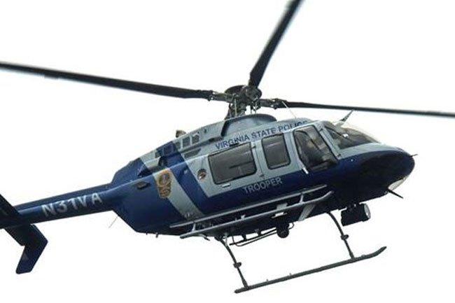 O helicóptero da Polícia Estadual da Virgínia que caiu em 12 de agosto de 2017, enquanto em uma missão para monitorar manifestações públicas em Charlottesville. Foto NTSB