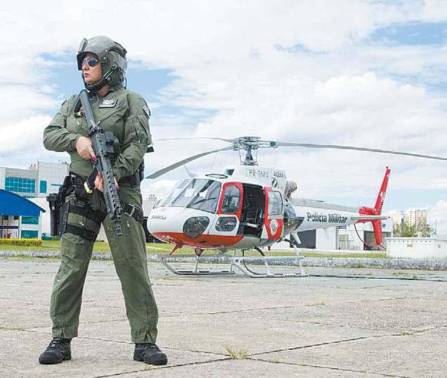 Subtenente tripulante operacional do Águia Elaine Françozo Ribeiro
