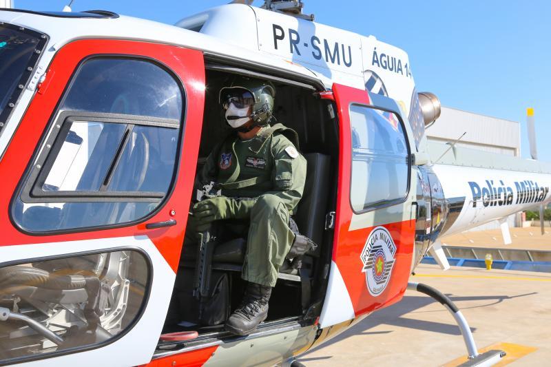 Foto: Weverson Nascimento: Dentro do Helicóptero Águia embarcam quatro policiais