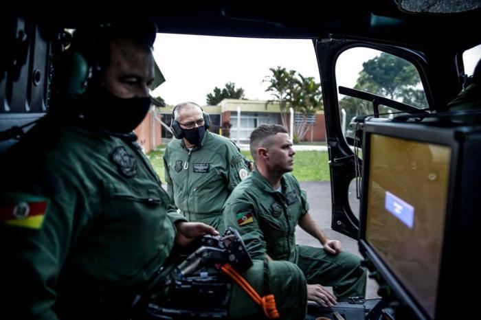 PMs operam tecnologia para auxiliar colegas que estão em viaturas Marco Favero / Agencia RBS