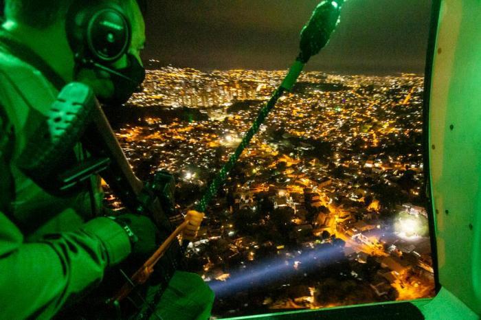 Farol de busca projeta luz sobre locais no solo Marco Favero / Agencia RBS