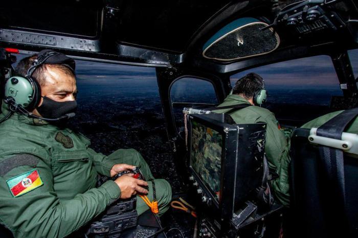 Durante sobrevoo em Porto Alegre, PM opera equipamento Marco Favero / Agencia RBS