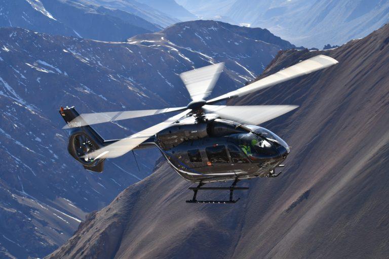 O novo helicóptero H145 de cinco pás da Airbus foi certificado pela Agência de Segurança da Aviação da União Europeia e estará pronto para a entrega dos clientes ainda este ano. Fotos de Anthony Pecchi
