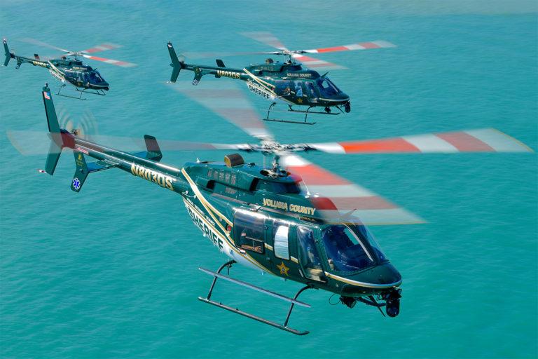 Os helicópteros policiais cumprem uma variedade de papéis. Os três Bell 407 do Gabinete do Xerife de Volusia passam a maior parte do tempo voando em missões EMS e resgatando moradores do oceano e de seu interior pantanoso. Fotos de Mike Reyno
