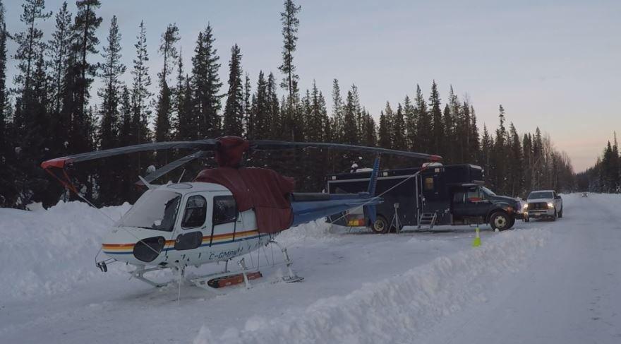 Um helicóptero RCMP AS350 B3 fez um pouso forçado em uma estrada depois de colidir com um drone de vigilância operado por RCMP. Tanto o helicóptero quanto o drone foram danificados. Foto de notícias globais / Clayton Little