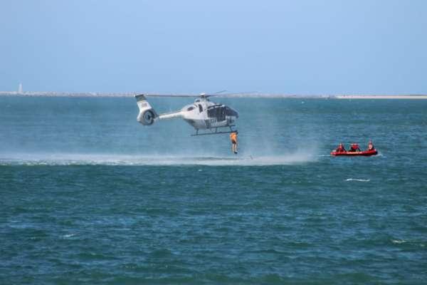 tripulante da Ciopaer salta da aeronave para o mar (técnica Hello Casting)