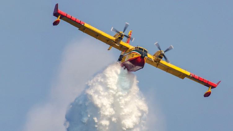 O canadense CL-415 é um dos mais avançados aviões de combate a incêndios florestais em serviço