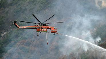Skycrane mostra sua eficácia ao permitir direcionar a água em focos de fogo em meio a mata