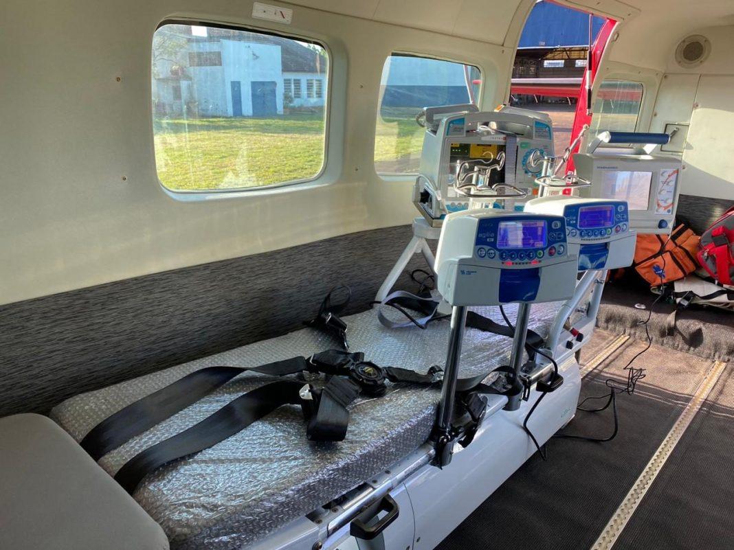 Aeronave foi adaptada para transportar mais pacientes