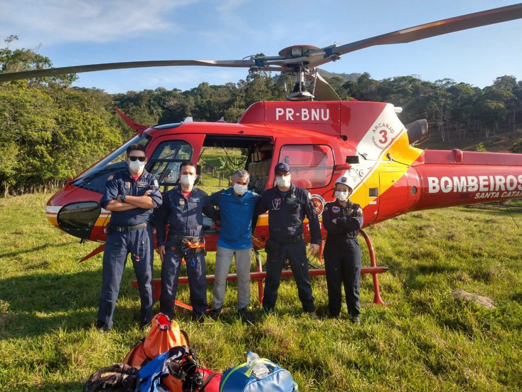Equipe dio Arcanjo-03 resgatou o homem após queda de parapente | Foto CMBSC