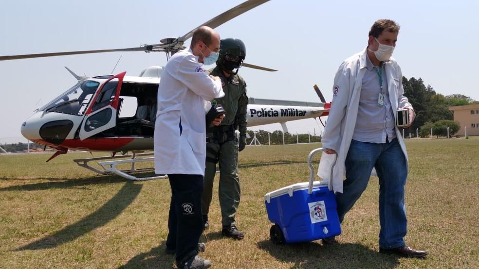 Helicóptero Águia fez o percurso em cerca de 30 minutos para o transporte do órgão para transplante — Foto: Polícia Militar/Divulgação