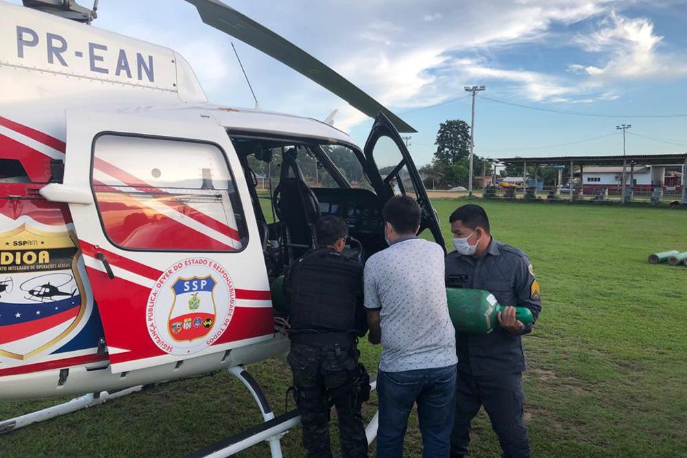 Helicóptero DIOA/SSP do Amazonas transportando cilindros de oxigênio