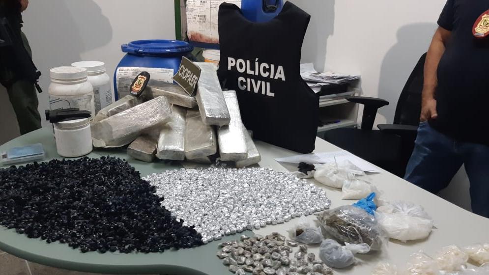 Ao todo, são 14,5 quilos de maconha prensada, um quilo de cocaína, um quilo de crack, 702 gramas de maconha embalada, 310 gramas de skank Foto: Leabem Monteiro
