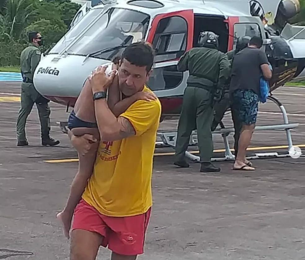 Criança foi resgatada por equipe do águia em Ubatuba — Foto: Divulgação/ Polícia Militar