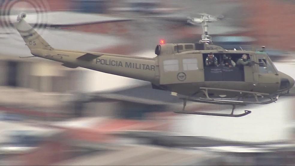 Helicóptero blindado da PM sobrevoa a comunidade da Maré, na Zona Norte do Rio (Arquivo) — Foto: Francisco de Assis/