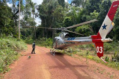 O helicóptero pousou em uma estra de chão na operação de busca