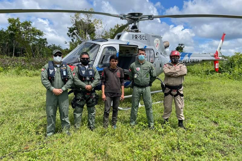 Os militares do Graesp e o indígena encontrado na mata, em Santarém