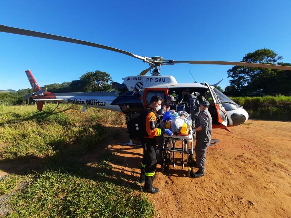 otociclista foi resgatado por uma equipe do Águia e encaminhado ao Hospital Regional de Taubaté — Foto: Divulgação/Base de Aviação de São José dos Campos