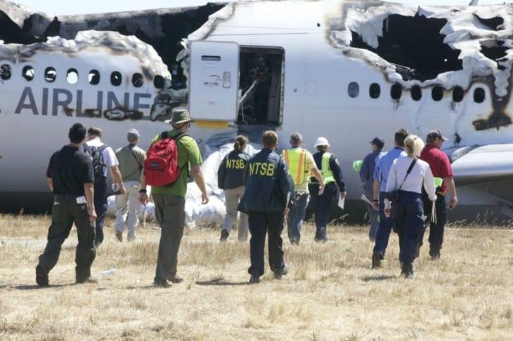 Investigadores do NTSB no local da queda do voo Asiana 214 (Foto: Domínio Público/NTSB)