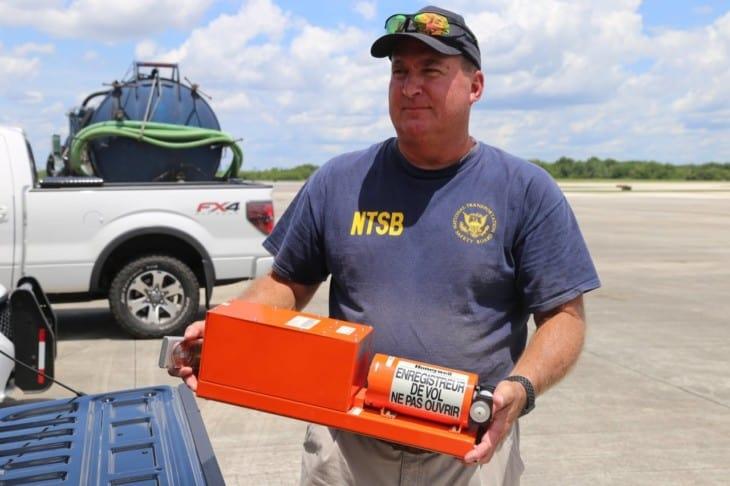 Dan Boggs segura o gravador de dados de voo recuperado de um Boeing 737-800 da Miami Air International que invadiu a pista da Naval Air Station Jacksonville (Foto: Domínio Público/NTSB)