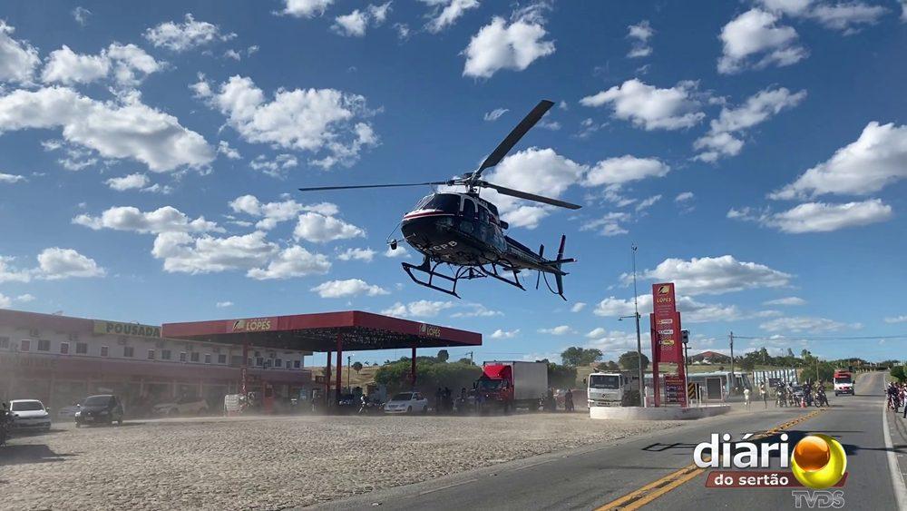 Helicópterou pousou próximo a um posto de combustíveis de Piancó para transferir o paciente para o Hospital Regional. Foto: Matheus Rolim / TV Diário do Sertão