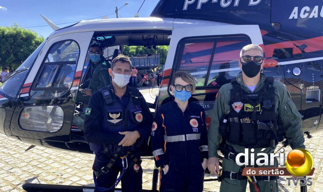 Participaram da ação: a médica Marcela Grazziotin, o enfermeiro Alison Adriano, o tripulante Yúri Lois e o piloto Comandante Fred. Foto: Matheus Rolim / TV Diário do Sertão
