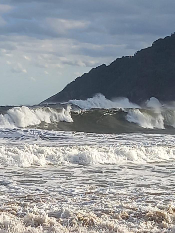 O mar revolto nesta manhã de sexta-feira, na praia do Bonete, impede a chegada e saída de embarcações