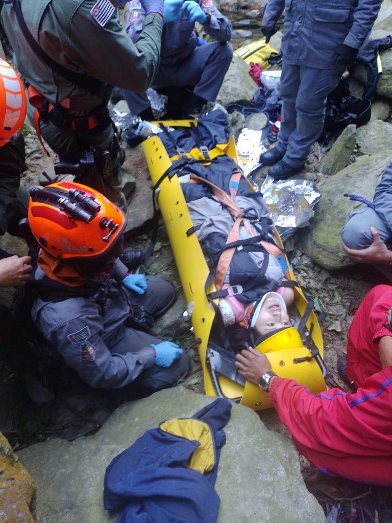 Bombeiros transportam vítimas de queda em trilha no 'Vale da Morte', em Paranapiacaba, na Grande SP. — Foto: Divulgação/